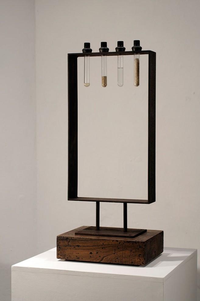 Separación, 2009 / Acero, madera, tubos de vidrio, lágrimas, agua, sal y arena / 74 x 30,4 x 24,5 cm