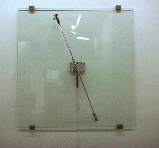 Historia, 2001 / Cristal, madera, metal, fieltro, marcador y motor eléctrico / 100 x 100 x 17,3 cm. Edición: 1/3