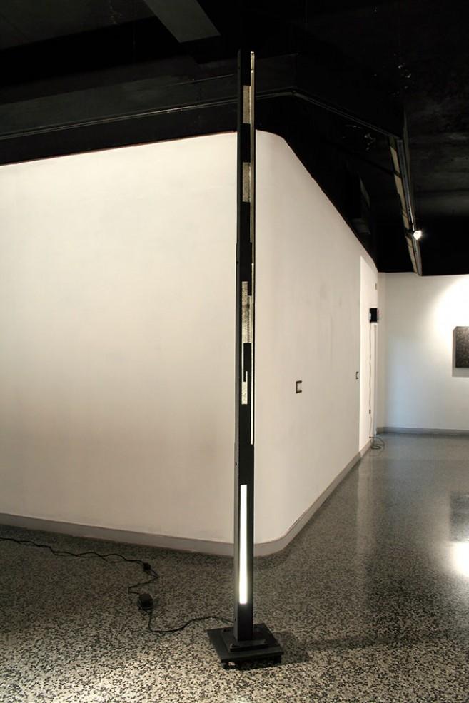 Self, 2009 / Acero y fuente de luz / 308 x 32 x 32 cm