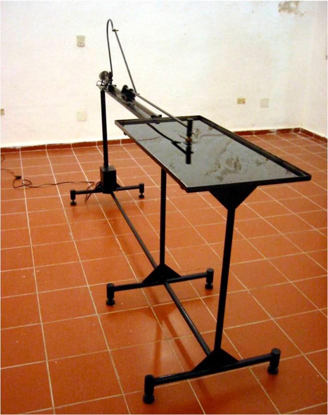 Dislexia, 2003 / Metal, aceite industrial, fieltro y motor eléctrico / 104 x 242 x 65 cm