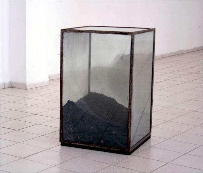 Filosofía, 2007 / Cenizas de libros de filosofía, metal y cristal / 100 x 66 x 66 cm
