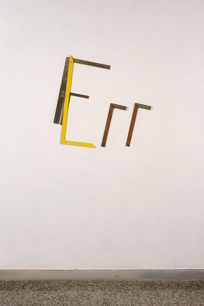 Flow, 2015. Escuadras de metal. Dimensiones variables