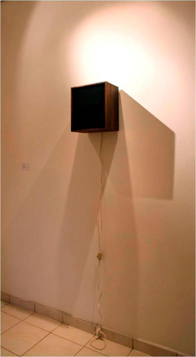 Lifetime, 2006 / Madera, metal, textil y motor electrizo / 30 x 30 x 19 cm