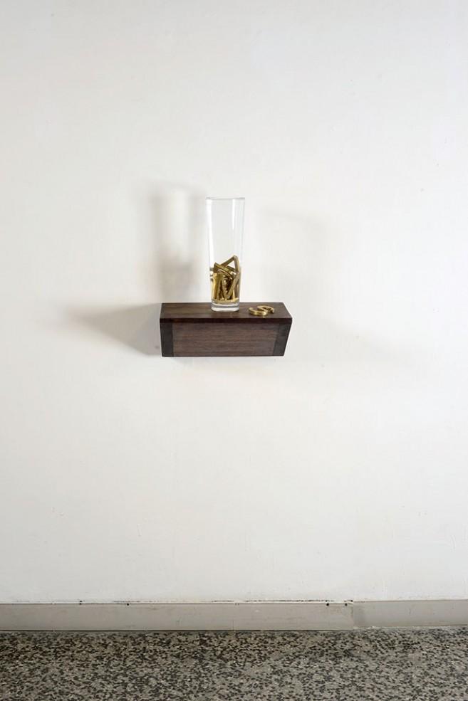 No More Words (Mentiras), 2014. Vaso de cristal, agua y letras de bronce.