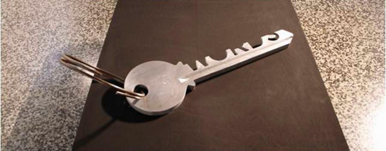 La Llave de Todas las Cosas, 2006 / Aluminio y acero / 93 x 27 x 3,5 cm. Edición: 1/3