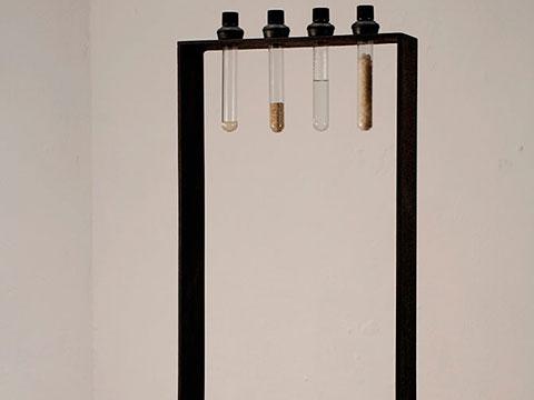 Separación / Acero, madera, tubos de vidrio, lágrimas, agua, sal y arena / 74 x 30,4 x 24,5 cm