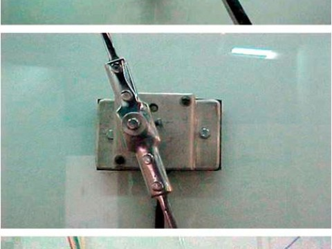 Historia, 2001  / Cristal, madera, metal, fieltro, marcador y motor eléctrico / 100 x 100 x 17,3 cm