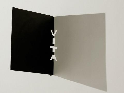 Libro abierto / Acero e iluminación / Dimensiones variables