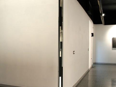 Self / Acero y fuente de luz / 308 x 32 x 32 cm