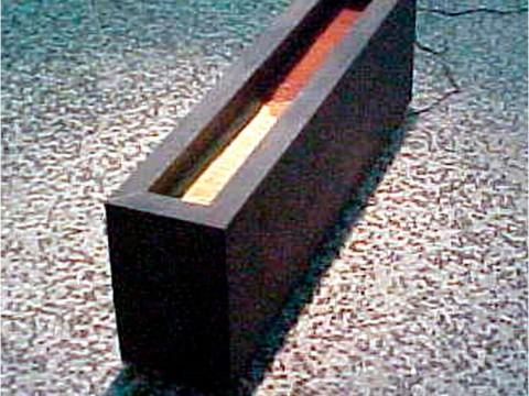 Principio y fin, 2001 / Madera, metal, tierra y motor eléctrico / 33,5 x 104,6 x 20 cm