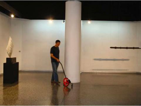 La extensión de la palabra / Metal y plástico / 95 x 18 x 85 cm