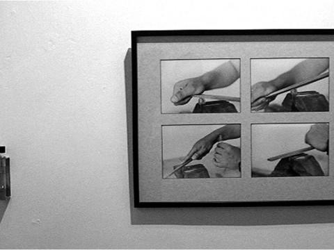 Móvil Perpetuo, 2001 / Fotografía en blanco y negro / Objeto de metal y vidrio, con sudor y limadura de moneda / 64 x 48,9 cm / 15 x 3,5 x 4 cm