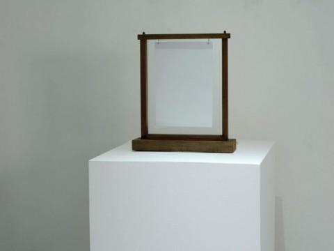 Cifra, 2016. Madera, cristal, papel impreso y fuente de luz. 57 x 50 x 14 cm