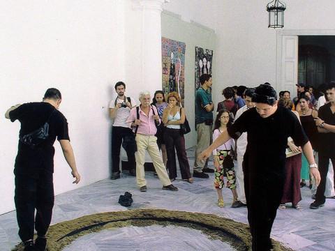 Equilibrio, 1998-2002 / Objeto en bronce fundido, arena, acero y performance / Dimensiones variables