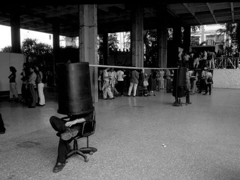 Secreter  (con Yoan Capote), 1999 / Performance con sillas y objeto de metal y plástico